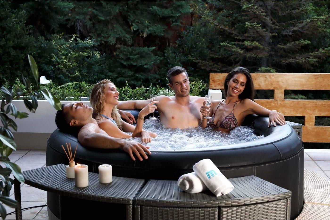 Oppustelig spadbad med plads til 6 personer